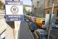 Félelmetes balesetet rögzített egy térfigyelő kamera Budapesten: 90 éves sofőr rongyolt a buszba 1