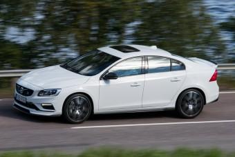 Karbon szorítja az útra a Volvo sportszedánját