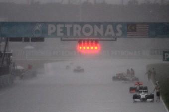 F1: Úsztak az autók, úszott a futam, Kimi nyalakodott - videó