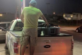 A pánik szülte emberi hülyeséget fotózták egy texasi benzinkúton