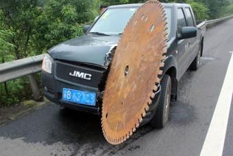 Amikor egy acéltárcsa vágódik az autóba, ott megugrik a vérnyomás