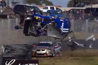 Brutális baleset az ausztrál V8-asok futamán