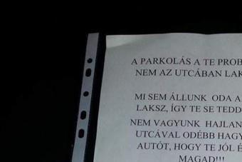 Ideges üzenet landolt egy pesti autós szélvédőjén