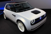 Imádni való apró villanyautó: Honda e 2