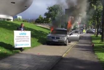 A BMW-székház előtt gyújtotta fel saját autóját
