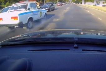 Videón, ahogy frontálisan ütközik egy Lada rendőrautó