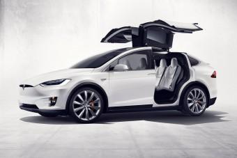 Kinyílt a Tesla ajtaja, csúnyán elvitte egy kamion