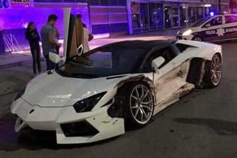 Kanyarodó taxi zúzta le a fehér Lamborghinit