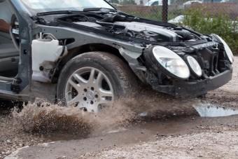 Ez történik az autóddal, ha kátyúba hajtasz