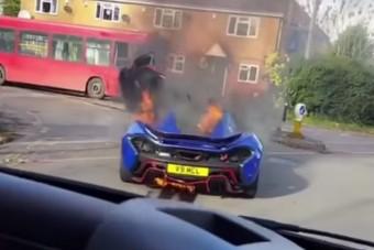 Lángba borult egy McLaren P1-es