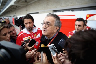F1: Nem rúgják ki a Ferrari-főnököt?