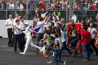 F1: Nagyot burkolt a rámenős Hamilton-szurkoló - videó