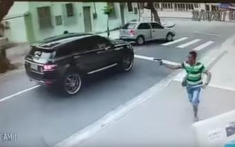 Félelmetes, ahogy fényes nappal, fegyveresek elrabolják a kapus autóját