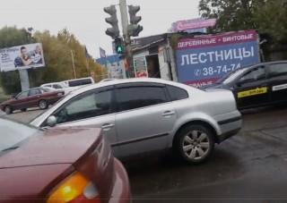 Az év videóját készítette egy férfi a zebrán álló autóssal