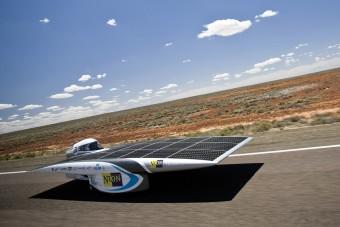 Sivatagban bírkóznak a napelemes autók