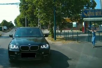 Bénázott a szabálytalan budapesti autós, csúnyán feltartotta a mentőt