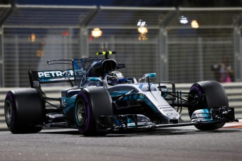F1: Bottas megverte Hamiltont