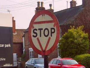 Furcsa, de tény, a STOP tábla lehet sárga és kerek, és így is teljesen szabályos