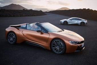 Itt a BMW i8 Roadster, de a kupé is új ám!