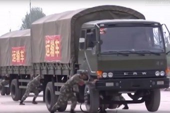Ahogy Kínában megfordulnak egy teherautó-konvojjal, úgy nem fordulnak meg sehol