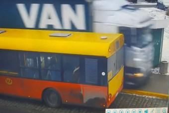Megdöbbentő, ahogy átszáguld ez a kamion a buszmegállón