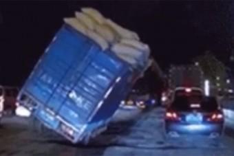 Vajon autóra borult ez a teherautó?