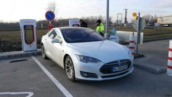 Átadták az első magyarországi Tesla-töltőket