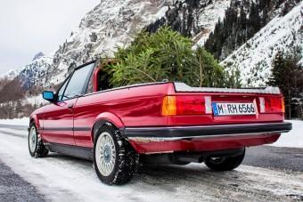 Legendát húztak elő karácsonyfa szállításra a BMW-nél