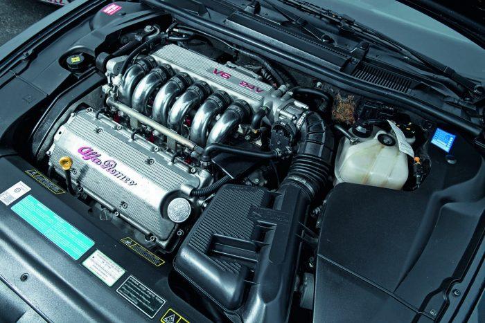 A Busso V6-osnak már a kinézete is gusztusos. Ezzel a motorral bélelve szinte tökéletes az elsőkerekes Alfa