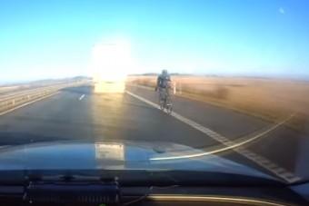 90 km/órával bringázott az autópályán