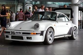 Turbós F1-es motor hajtja ezt a Porsche 911-est