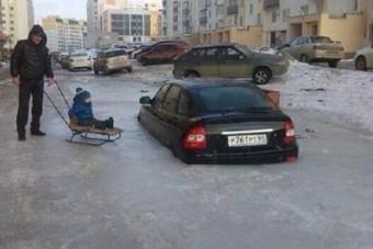 Nem hétköznapi látvány, ahogy Oroszországban derékig vízbe fagyva állnak az autók