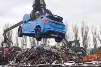 Csak erős idegzetűeknek: szörnyű vége lett ennek a Focus RS-nek