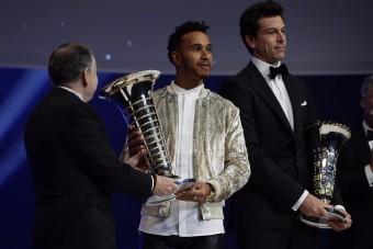 F1: Hamilton nem tudott felöltözni a díjkiosztóra - videó