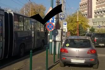KRESZ-táblával szívatják az autósokat Pesten