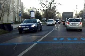 Mik ezek a nagy kék számok Budapesten az útra festve?