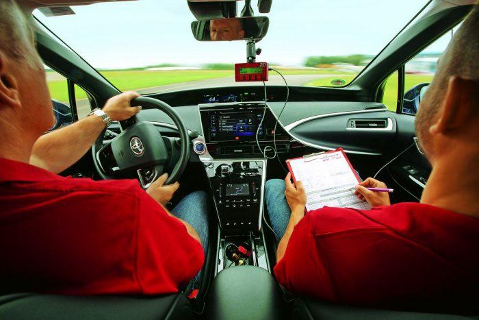 A Toyota Mirai-t pontosan úgy teszteltük, ahogy az összes többi hagyományos autót: keményen és szigorúan