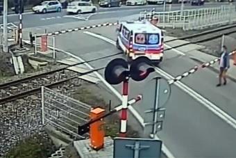 A sínekre hajtott a szirénázó mentő, de a sorompó nem kegyelmezett