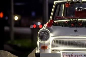 Csornán van az ország legmenőbb karácsonyfája, ami valójában egy fény-Trabant