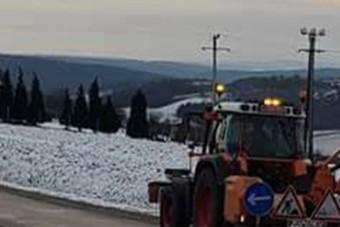 Vajon mit csinál ez a zalai traktoros, kaszálja a havat?