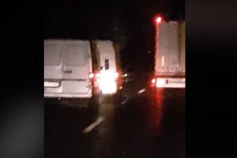 Őrült vontatást videóztak Zala megyében, a két sofőrnél elgurulhatott a gyógyszer