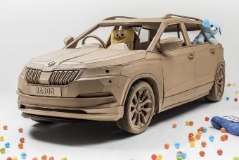 Életnagyságú Škoda kartonpapírból