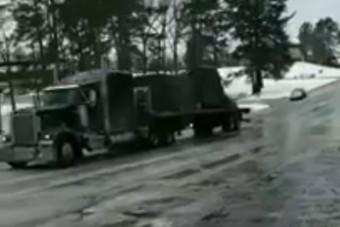 Menthetetlenül csúszott a jeges úton ez a kamion