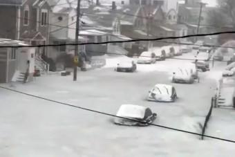 Döbbenetes látvány az autókkal együtt megfagyott utca