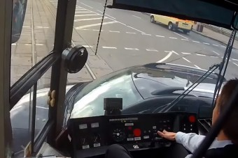 Figyelmetlen autósok nehezítik a villamosvezetők munkáját
