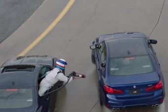 Drift közben tankolják a rekorder BMW M5-öst