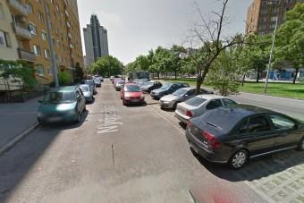 Egymás autóit tologatják egy budapesti lakótelepen