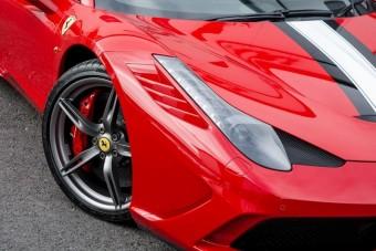 Rettentő vastagon fogott a ceruza ennek a Ferrarinak az árcéduláján