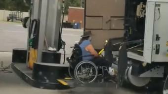 A tolószékes kamionost csodálja most a Facebook
