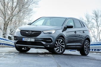 Na, milyen a francia SUV Opel ruhában?